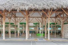 PUNTA CANA, DOMINICAANSE REPUBLIEK - 18 JUNI, 2015: De internationale luchthaven van Puntacana Vertrekgebied Stock Fotografie