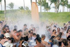 Punta Cana, Dominicana, em dezembro de 2018 Um partido da espuma do divertimento em uma associação do hotel em Punta Cana, Repúbl fotos de stock