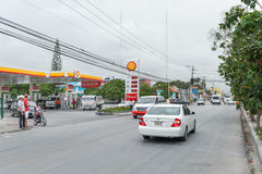 PUNTA CANA, DOMINIKANISCHE REPUBLIK - 18. JUNI 2015: Dominikanische Republik-Straße mit lokalen Leuten und Verkehr Shell Patrol S lizenzfreie stockbilder