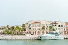 PUNTA CANA, DOMINIKANSKA REPUBLIKEN - JUNI 18, 2015: Punta Cana arkitektur med port och den privata yachten Dominikan Republice arkivfoton