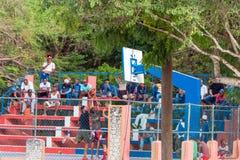 PUNTA CANA, DOMINIKANSKA REPUBLIKEN - MAJ 22, 2017: En grupp av basket för barnlek på en stadsgata arkivbild