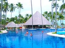 Punta Cana, republika dominikańska - Luty 03, 2013: Zwyczajni turyści odpoczywa w Barcelo Bavaro Wyrzucać na brzeg hotel z basene Obraz Royalty Free