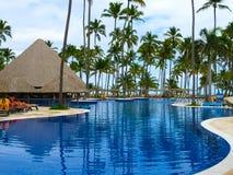 Punta Cana, republika dominikańska - Luty 04, 2013: Zwyczajni turyści odpoczywa w Barcelo Bavaro Wyrzucać na brzeg hotel z basene Zdjęcia Stock