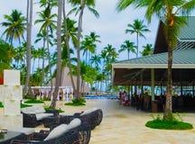 Punta Cana, republika dominikańska - Luty 03, 2013: Zwyczajni turyści odpoczywa w Barcelo Bavaro Wyrzucać na brzeg hotel z basene Zdjęcie Royalty Free