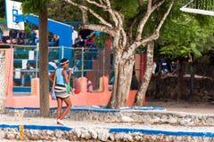 PUNTA CANA, republika dominikańska - MAJ 22, 2017: Dziewczyna z lody odprowadzenia puszkiem ulica Odbitkowa przestrzeń dla teksta Obraz Stock