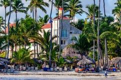 PUNTA CANA, republika dominikańska - PAŹDZIERNIK 29, 2015: Plaża na Dominikańskim wybrzeżu Zdjęcia Stock
