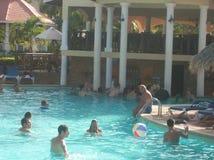 Punta Cana van de Dominicaanse Republiek Een poolpartij bij een toeristentoevlucht Royalty-vrije Stock Foto
