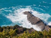 Punta Chiappa przylądka skalisty uderzenie potężnymi fala Zdjęcia Royalty Free
