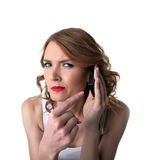 Punta de la mujer joven en el teléfono celular con sospechoso Imagenes de archivo