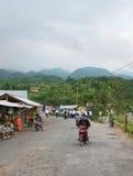 Punta de los turistas cerca del monte Merapi, Indonesia Fotos de archivo