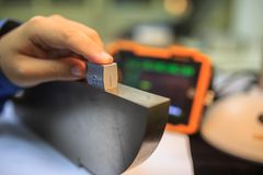 Punta de prueba del ángulo de la calibración del detector ultrasónico con el bloque de acero estándar fotografía de archivo libre de regalías