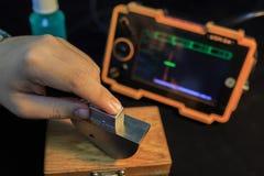 Punta de prueba del ángulo de la calibración del detector ultrasónico con el bloque de acero estándar imagen de archivo libre de regalías