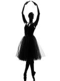 Punta dei piedi di posa di condizione del danzatore di balletto della donna Fotografia Stock Libera da Diritti