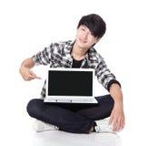 Punta del dedo del hombre joven para vaciar la pantalla de ordenador Imágenes de archivo libres de regalías