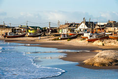 Punta del Diablo Beach, den populära turist- platsen och fiskares ställe i Uruguay seglar utmed kusten Arkivfoton