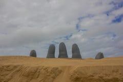 PUNTA DEL ESTE, URUGUAI - 4 DE MAIO DE 2016: entregue a escultura situada no brava do playa uma praia turística em Uruguai Foto de Stock Royalty Free