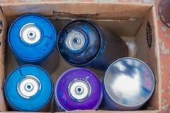 PUNTA DEL ESTE, URUGUAY - 6. MAI 2016: leere Spraydosen innerhalb eines Kastens nach der Anwendung sie Lizenzfreie Stockfotos