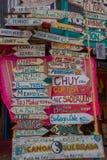 PUNTA DEL ESTE URUGUAY - MAJ 06, 2016: lotten av staden namnger annd dess avstånd som är skriftligt i wood pilar Royaltyfri Bild