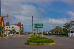 PUNTA DEL ESTE URUGWAJ, MAJ, - 06, 2016: pusta ulica z sygnałem puerto gorlero w środku Obraz Royalty Free