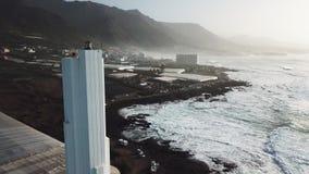 Punta del Fidalgo Farol Paisagem que negligencia o oceano Por do sol a?reo video estoque