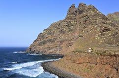 punta del Hidalgo, Tenerife海岸和山  免版税库存图片