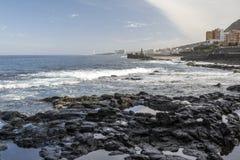 Punta Del Hidalgo gesehen von einem felsigen Strand Lizenzfreies Stockfoto