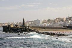 Punta Del Hidalgo gesehen von einem felsigen Strand Stockfotos