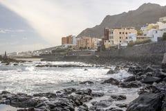 Punta Del Hidalgo gesehen von einem felsigen Strand Stockbild