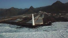 Punta del Hidalgo Lighthouse Landschap die de oceaan overzien Zonsondergang lucht stock footage