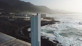 Punta del Hidalgo Lighthouse Paesaggio che trascura l'oceano Tramonto aereo video d archivio