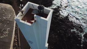 Punta del Hidalgo Lighthouse Paesaggio che trascura l'oceano Tramonto aereo stock footage