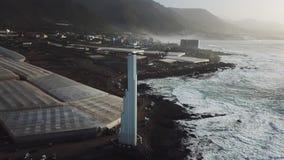 Punta del Hidalgo Lighthouse Paisaje que pasa por alto el océano Puesta del sol aéreo almacen de video