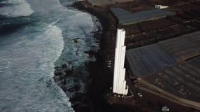 Punta del Hidalgo Lighthouse Paisaje que pasa por alto el océano Puesta del sol aéreo almacen de metraje de vídeo