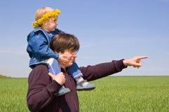 Punta del padre la manera al pequeño hijo Imagen de archivo libre de regalías