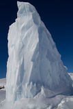 Punta dell'iceberg in acque antartiche congelate Fotografia Stock