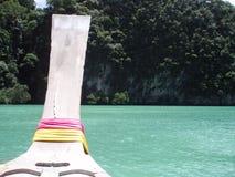Punta di una navigazione tailandese della barca del longtail attraverso l'acqua di luccichio fotografia stock