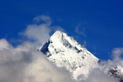 Punta innevata della montagna fotografia stock libera da diritti