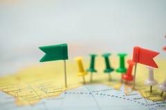 Punta marcada de la ciudad del perno de las banderas de país del mapa del mundo Fotografía de archivo libre de regalías