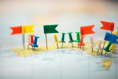 Punta marcada de la ciudad del perno de las banderas de país del mapa del mundo Imágenes de archivo libres de regalías
