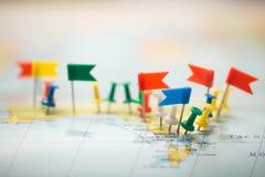 Punta marcada de la ciudad del perno de las banderas de país del mapa del mundo Fotografía de archivo