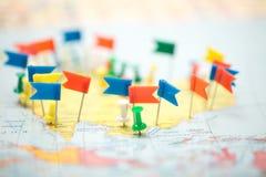 Punta marcada de la ciudad del perno de las banderas de país del mapa del mundo Imagenes de archivo