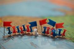 Punta marcada de la ciudad del perno de las banderas de país del mapa del mundo Foto de archivo