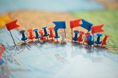 Punta marcada de la ciudad del perno de las banderas de país del mapa del mundo Foto de archivo libre de regalías