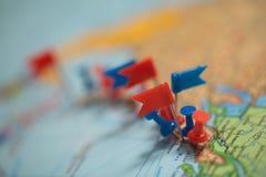 Punta marcada de la ciudad del perno de las banderas de país del mapa del mundo Fotos de archivo