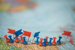 Punta marcada de la ciudad del perno de las banderas de país del mapa del mundo Fotos de archivo libres de regalías