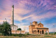 Punta Penna, Vasto, Abruzzo, Italien: fyr och kyrka på Royaltyfri Bild