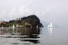 Punta Serbelloni con barche e riflessi Stock Photography