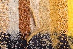 Punta su un insieme dei cereali sotto forma di bande verticali su un fondo nero Fotografia Stock Libera da Diritti