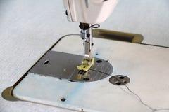 Puntada de la máquina de coser, es un trabajo de la ropa para la ropa Fotografía de archivo