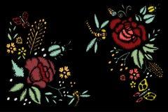 Puntadas del bordado con las rosas, flores del prado, libélulas Foto de archivo libre de regalías